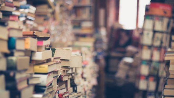 Enquanto intelectuais choram e reclamam da predominância dos títulos de autoajuda, leitores procuram livros que os ajudem a ser pessoas melhores.