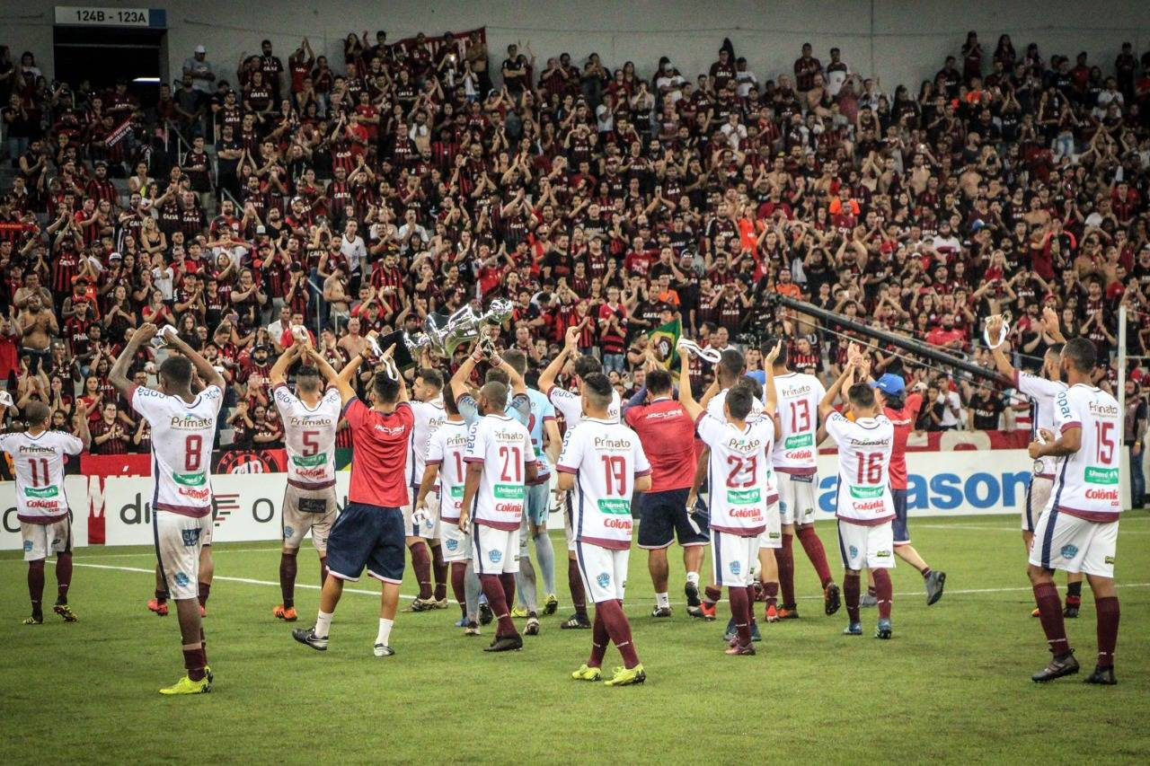 Torcida do Athletico aplaudindo o Toledo após a final de 2019. Foto: Assessoria do Toledo.