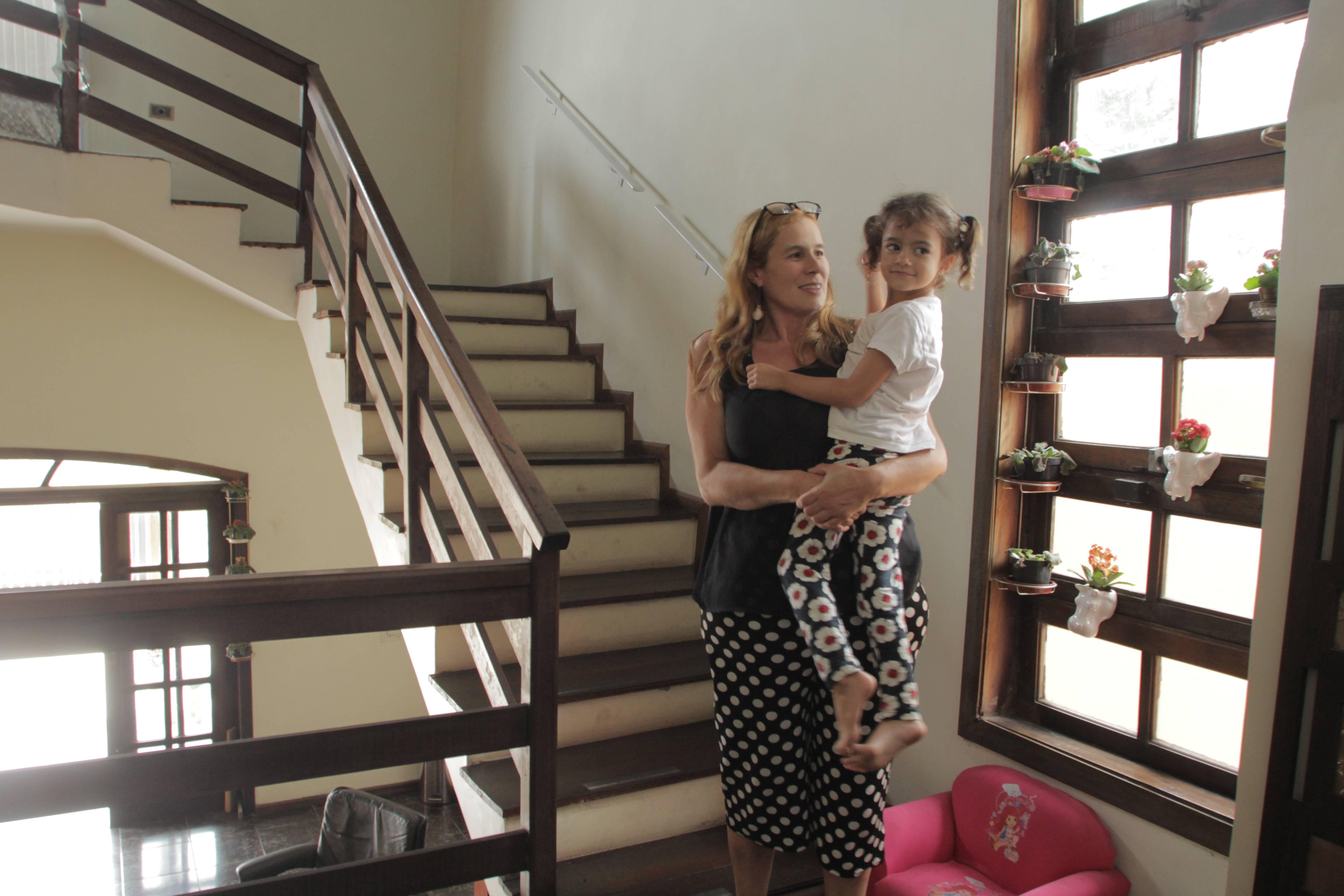 Com a filha Maria Clara, de 4 anos, Kelly se mudou para Matinhos, no Litoral do Paraná, para melhorar os cuidados com a própria saúde Foto: Amanda Milléo / Gazeta do Povo