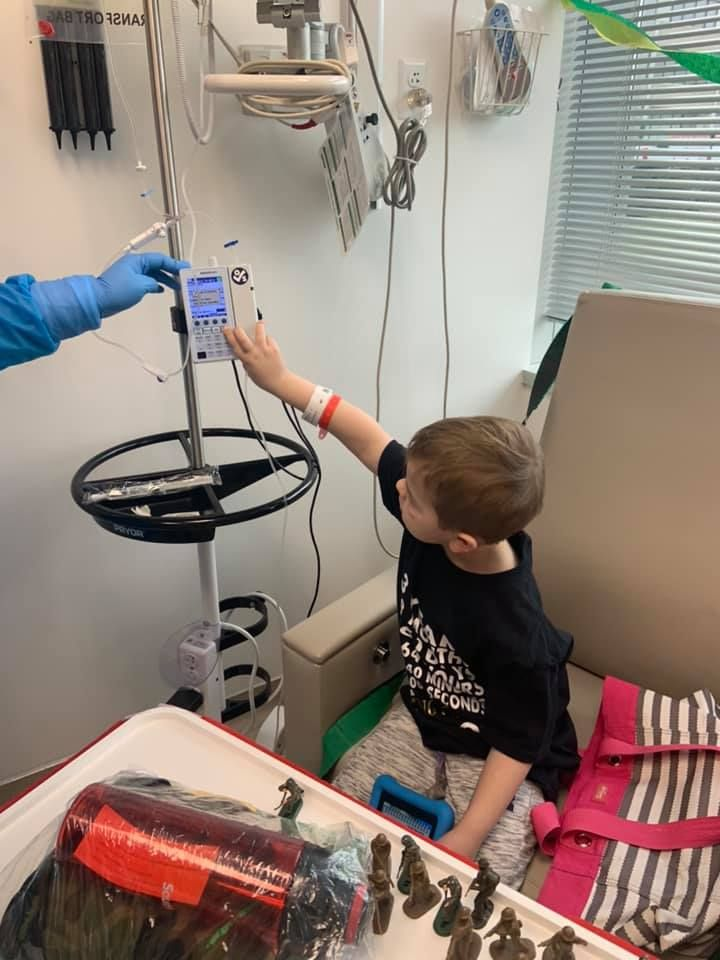 John Oliver, de seis anos, aperta o botão para começar a última sessão de quimioterapia contra a leucemia Foto: Reprodução Facebook