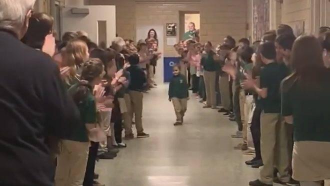 John Oliver, seis anos, é ovacionado por amigos da escola depois de lutar contra a leucemia