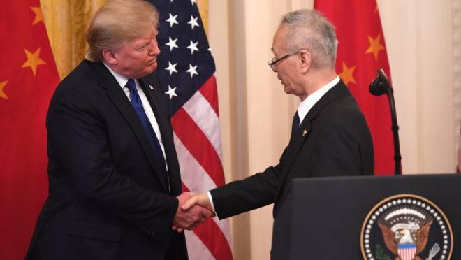 O vice-premiê da China Liu He e o presidente norte-americano Donald Trump durante cerimônia, nesta quarta-feira (15), na Casa Branca.