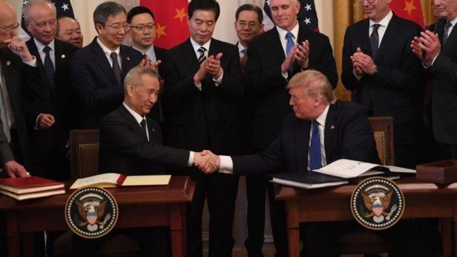 O presidente dos EUA, Donald Trump, e o vice-premiê da China, Liu He, se cumprimentam ao assinar o acordo comercial entre EUA e China em cerimônia na Casa Branca, 15 de janeiro de 2020