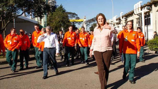 A então presidente da Petrobras, Graça Foster, durante a posse de Edmir Bittencourt de Sousa como novo diretor da Fafen-PR: Araucária Nitrogenadas foi fechada pela estatal