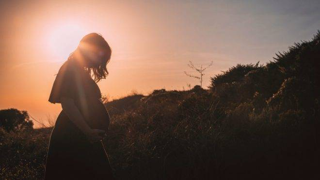 É importante que a mulher aprenda a respeitar o próprio processo e o tempo que será necessário para assimilar a notícia da gravidez