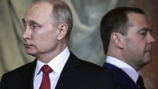O presidente da Russia, Vladimir Putin, e o então primeiro-ministro Dmitri Medvedev em Moscou, abril de 2018
