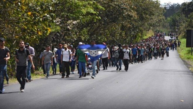 Migrantes de Honduras caminham perto de Esquipulas, na Guatemala, após cruzar a fronteira de Honduras a caminho dos EUA, 16 de janeiro de 2020