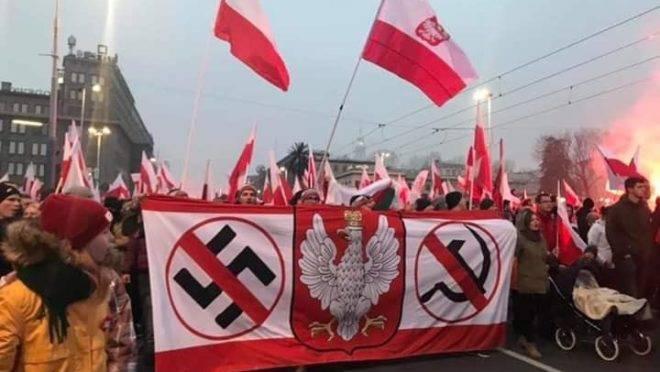 Na Polônia, país assolado tanto pelo nazismo quanto pelo comunismo, manifestantes marcham contra as duas ideologias totalitárias.