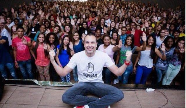 Nelson Ferreira Neto Júnior com grupo de jovens cristãos
