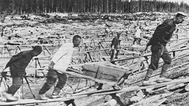 Prisioneiros dos gulags trabalham na construção do Canal do Mar Báltico | Foto Wikimedia