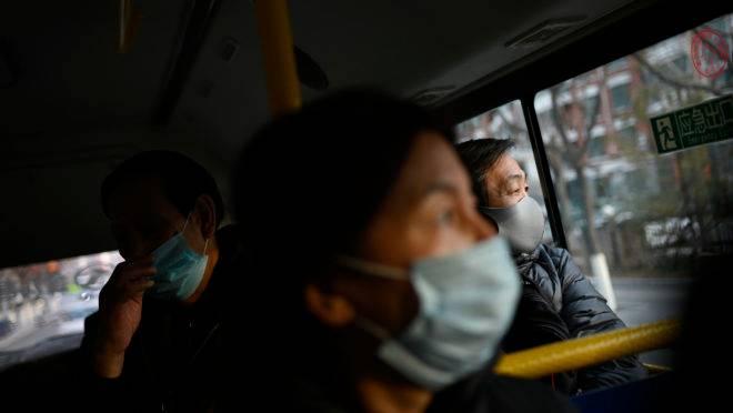 Passageiros no transporte coletivo de Pequim, China.