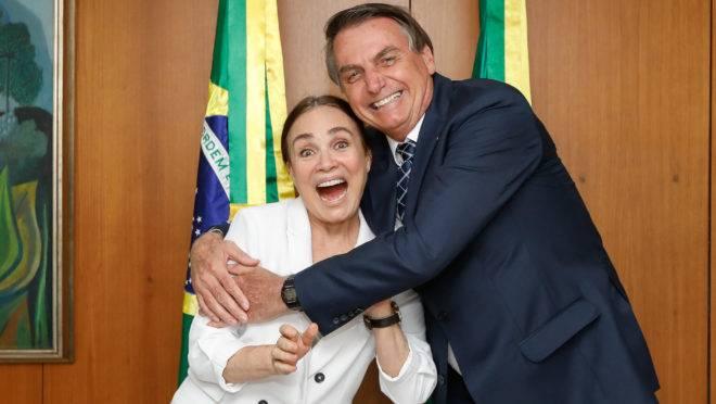 O presidente Jair Bolsonaro em encontro com Regina Duarte.