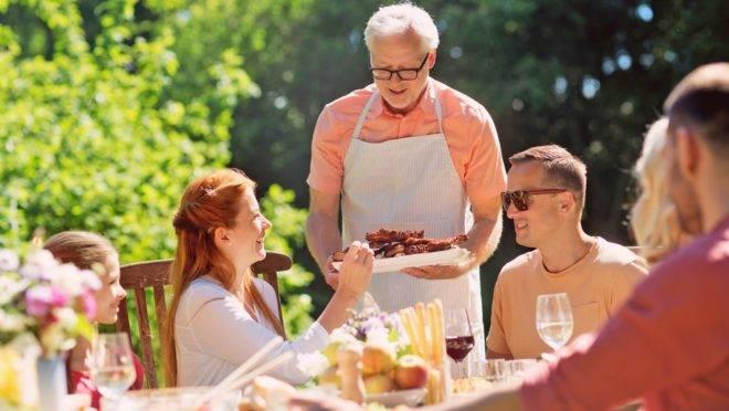 Alguns hábitos do churrasqueiro podem oferecer altos riscos de contaminação e estragar o almoço de família