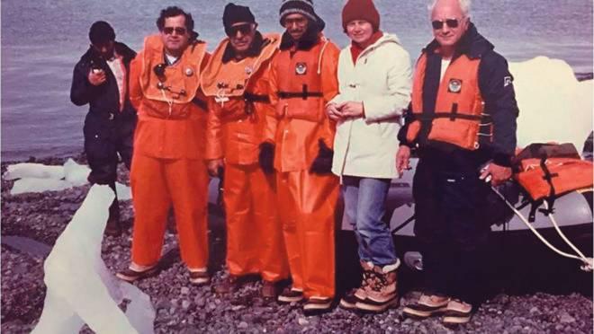 Grupo pioneiro de pesquisa do Brasil na Antártica em 1985. Da esquerda para a direita: Prof. Dr. Rubens Rosa, Prof. Dr. Metry Bacila, Prof. Dr. Edson Rodrigues, Profa. Dra. Edith Fanta, Prof. Dr. Pedro Lucchiari.