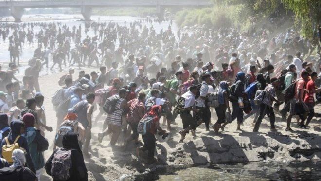 Caravana de migrantes da América Central, a maioria de Honduras, atravessa o Rio Suchiate, na fronteira entre Guatemala e México, 20 de janeiro de 2020