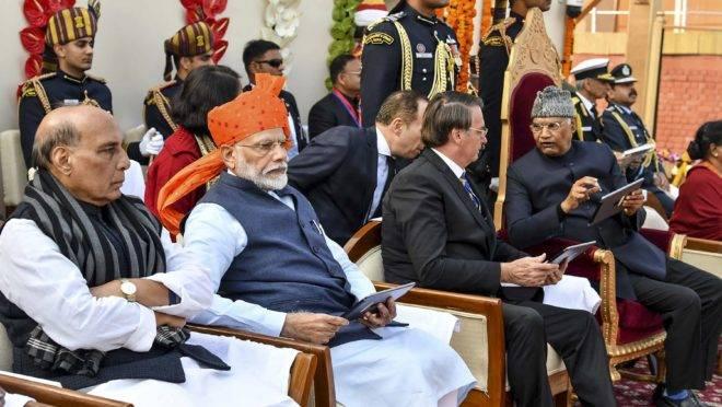 Da esquerda para a direita, o ministro da Defesa da Índia, Rajnath Singh; o primeiro-ministro indiano, Narendra Modi; o presidente Jair Bolsonaro; e o presidente da Índia, Ram Nath Kovind, assistem ao desfile do Dia da República em Nova Délhi.