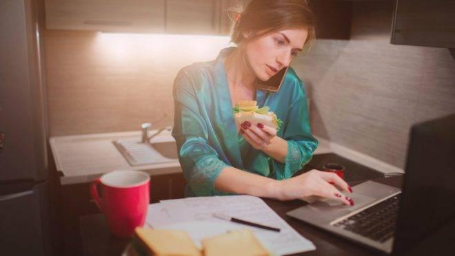 """O mito da mulher multitarefa implica que das mães se espera que """"façam tudo"""", mas essa obrigação pode afetar a sua saúde mental"""