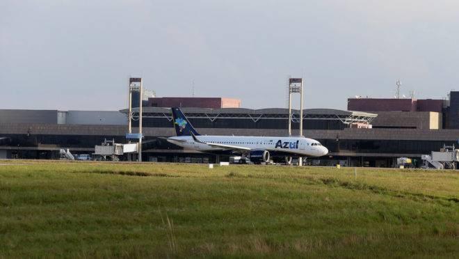 Aeronave da Azul no aeroporto Afonso Pena, em São José dos Pinhais (PR)