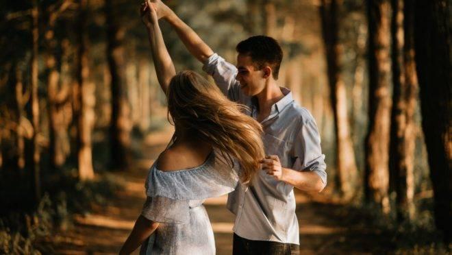 No contexto do casamento, a amizade aproxima o casal, especialmente em momentos de dificuldade, desgaste e aflição, e proporciona um ambiente seguro para a convivência