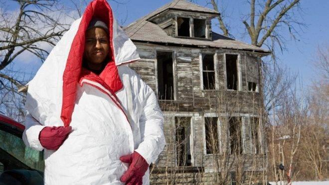 Casaco criado em Detroit se transforma em saco para dormir e mochila