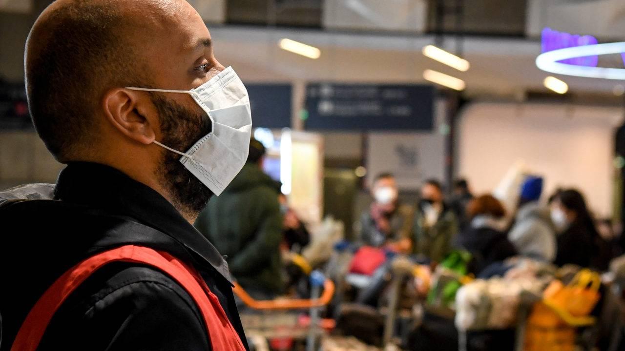 Funcionário de aeroporto de Paris, França, usa máscara de proteção; país já tem caso confirmado do coronavírus.