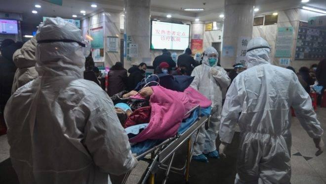 Equipe médica usa roupas de proteção contra um novo tipo de coronavírus em hospital de Wuham, China, 25 de janeiro de 2020