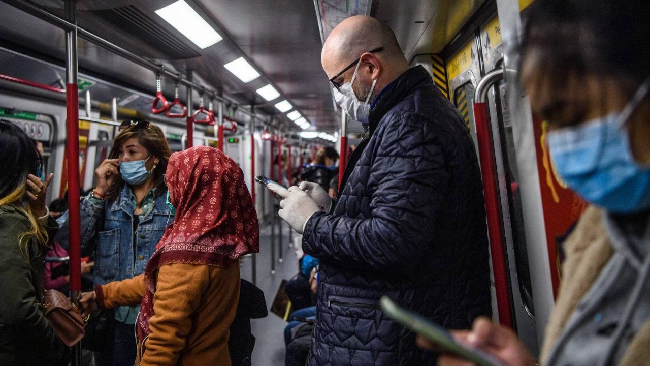 Passageiros do metrô de Hong Kong usam máscaras para viajar
