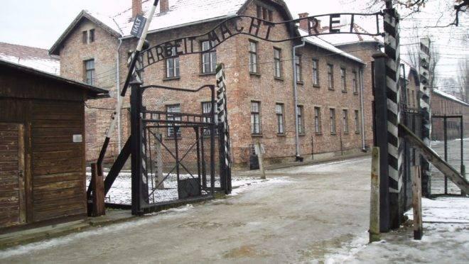 """Portão principal de Auschwitz I, onde se lê a frase """"Arbeit macht frei"""" (""""O trabalho liberta"""") Fonte Wikipedia"""