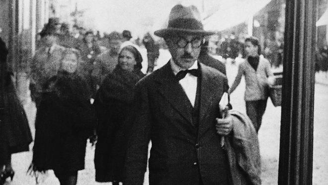 O poeta Fernando Pessoa caminha pela Baixa, em Lisboa.