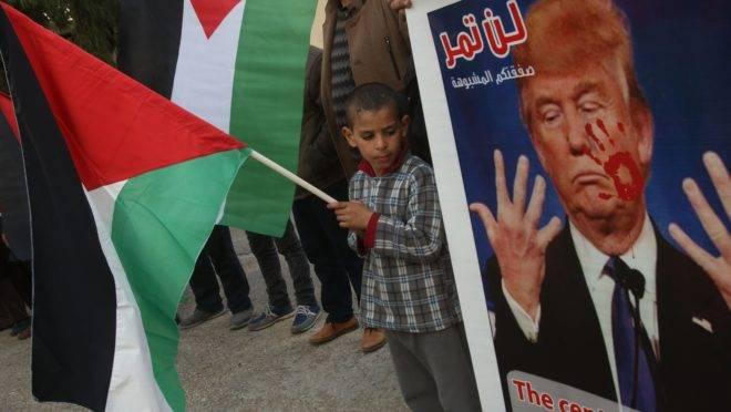 Palestinos protestam contra o plano de paz de Donald Trump em um campo de refugiados no Líbano.