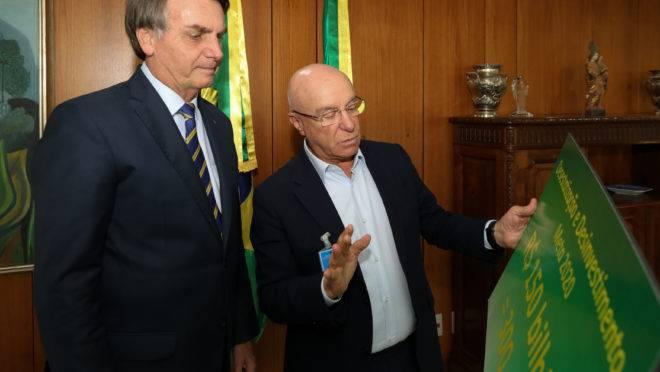 O presidente Jair Bolsonaro e Salim Mattar, Secretário Especial de Desestatização, Desinvestimento e Mercados.