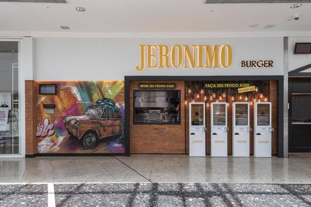 Na rede de lanchonetes Jeronimo, há apenas um caixa físico para registrar os pedidos dos clientes. O restante é apenas em totens de autoatendimento. Foto: Fernando Zequinão/Gazeta do Povo.