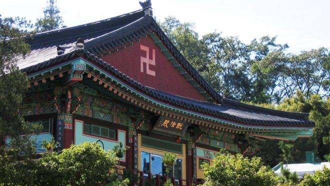 Simbolo de boa sorte, a suástica foi apropriada pelo nazismo. No Japão, os turistas terão de se acostumar a vê-las em placas e templos.