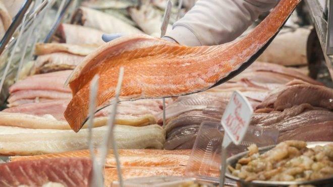 Os pescados podem ser transportados refrigerados ou congelados, mas é preciso ficar atento à qualidade do fornecedor. Foto: Marcelo Elias/Gazeta do Povo.