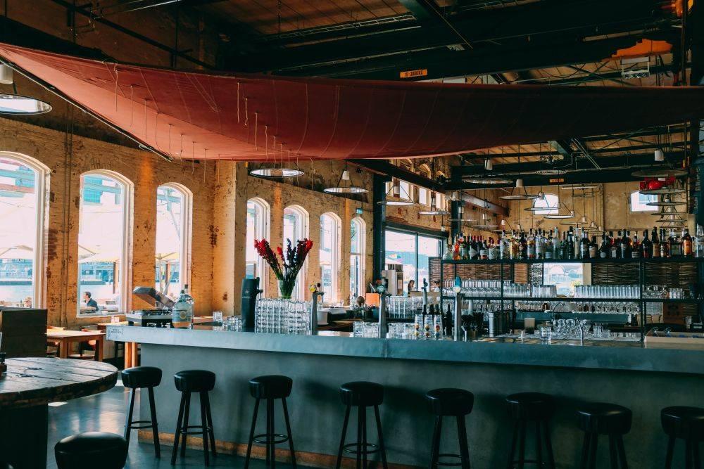 Os negócios de bar e de hamburgueria estão entre os mais buscados na plataforma do Sebrae. Foto: Unsplash.