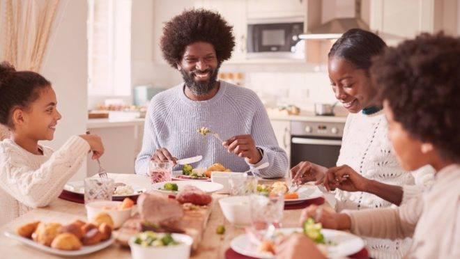 A imunidade do corpo aumenta com bons hábitos alimentares e a prática frequente de atividade física, o que reduz significativamente a chance de doenças causadas por vírus e bactérias.
