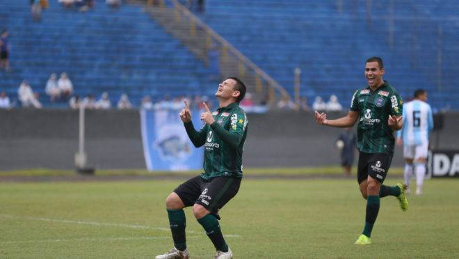 Ruy comemora um dos dois gols contra o Londrina. Jogo foi o número 18 invicto do Coritiba