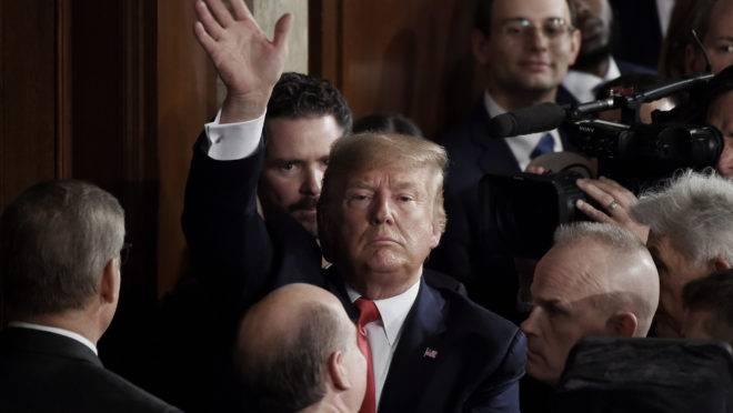 O presidente americano Donald Trump, após fazer o discurso do Estado da União, um dia antes da votação do seu impeachment no Senado.