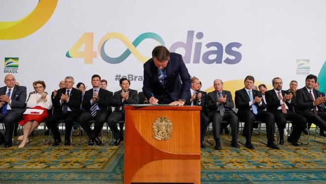 Bolsonaro assina projeto de lei sobre exploração de terras indígenas