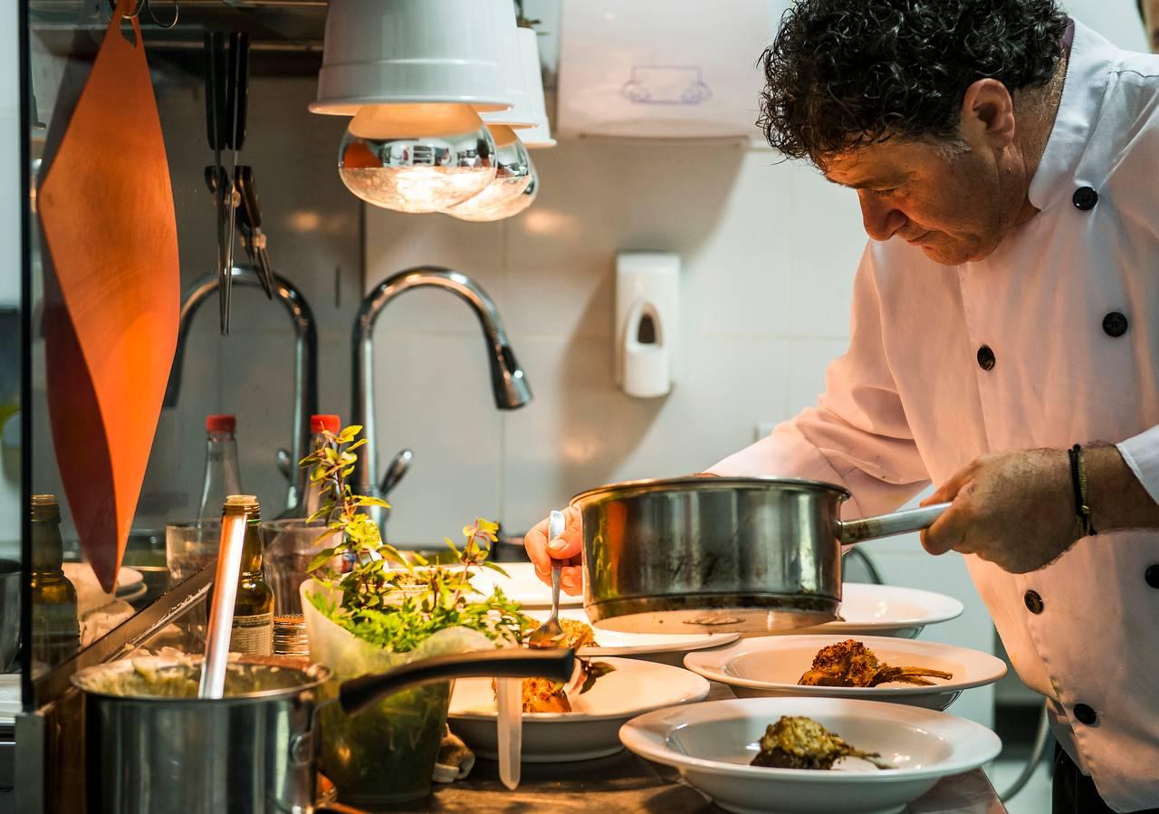 Enzo Ambrosetti na cozinha do La Cecilia, finalizando os pratos do novo cardápio. Foto: Letícia Akemi/Bom Gourmet