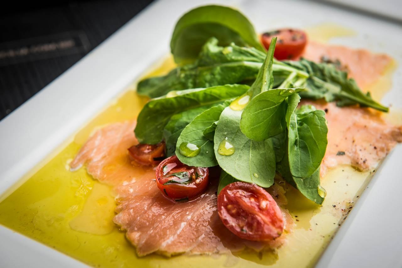 Scottata de salmão com rúcula e redução de laranja. Foto: Letícia Akemi/Bom Gourmet