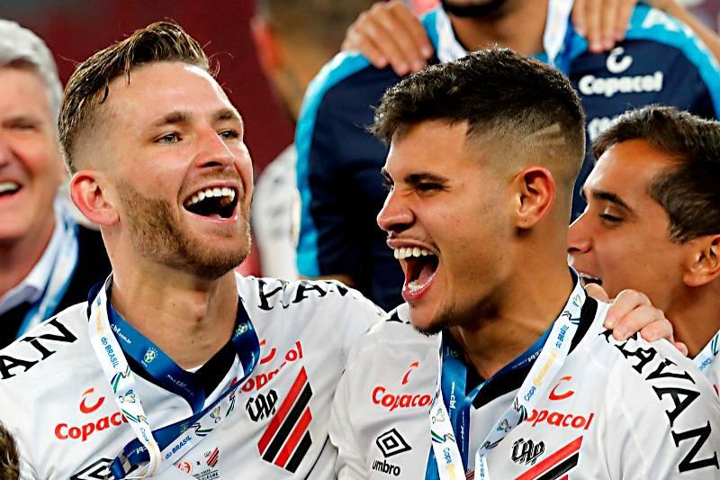 Léo Pereira e Bruno Guimarães na conquista da Copa do Brasil pelo Athletico. Albari Rosa/Arquivo/Gazeta do Povo