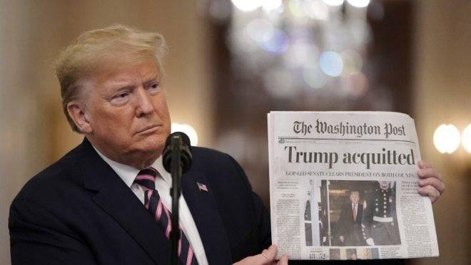 """O presidente dos EUA, Donald Trump, exibe uma cópia do Washington Post com a manchete """"Trump absolvido"""", em discurso na Casa Branca, 6 de fevereiro de 2020"""