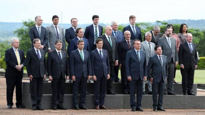 Jair Bolsonaro acompanha cerimônia de hasteamento da Bandeira Nacional ao lado de ministros de Estado e outras autoridades do governo.