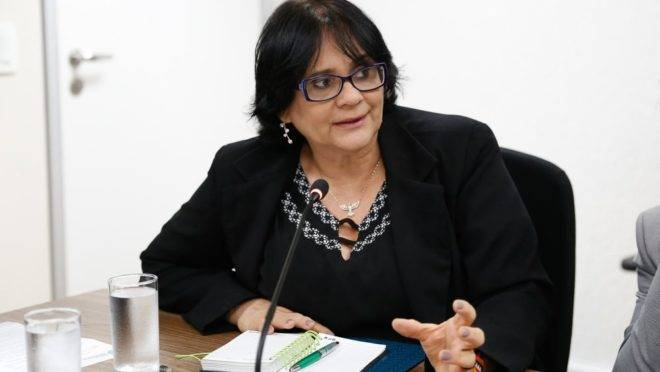 A ministra Damares Alves.