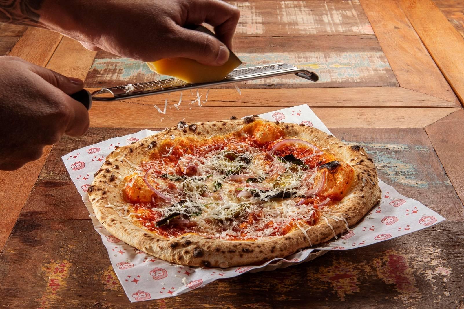 A pizza Granada leva alho, linguiça Blumenau e cebola roxa. Foto: Divulgação