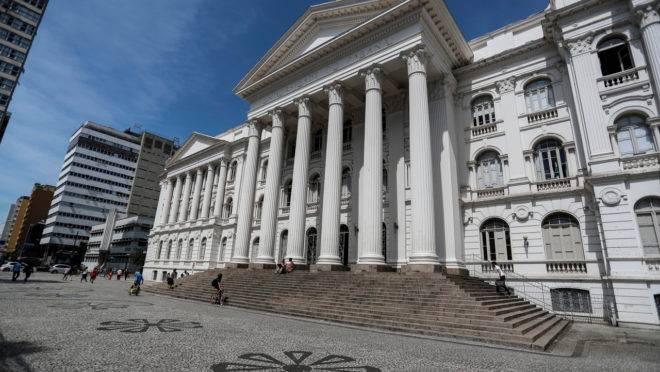 Fachada do prédio da UFPR na Praça Santos Andrade, em Curitiba