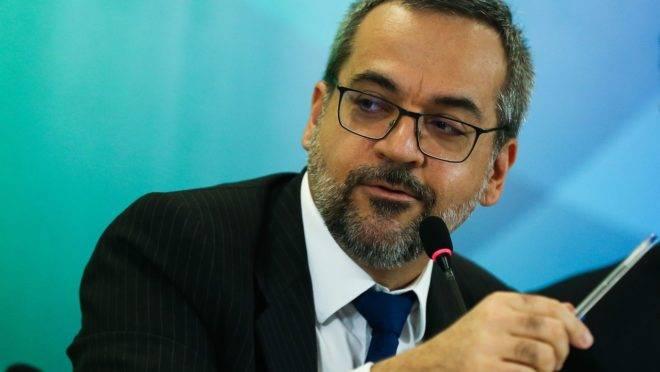 MEC revoga portaria que limitava pesquisadores de participarem de congressos científicos