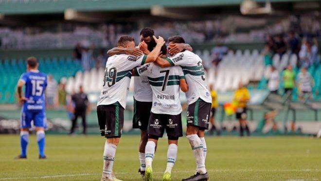 Jogadores do Coritiba comemoram primeiro gol na partida deste sábado