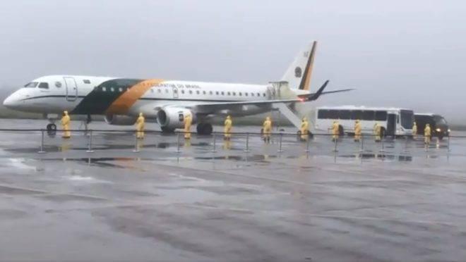 Avião da FAB que trouxe brasileiros de Wuhan é abordado na pista da Base Aérea de Anápolis, em Goiás